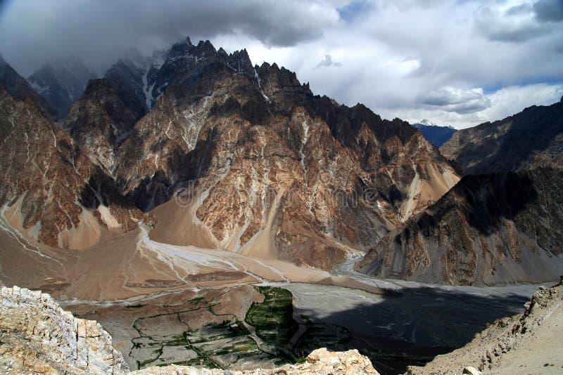 Bedöva Karakorum berg royaltyfri bild