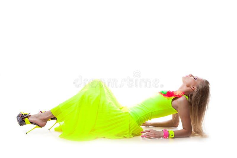 Download Bedöva kvinna fotografering för bildbyråer. Bild av klänning - 27283157