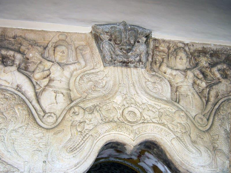 Bedöva lättnad på väggarna av templet av tanden av Buddha royaltyfri fotografi