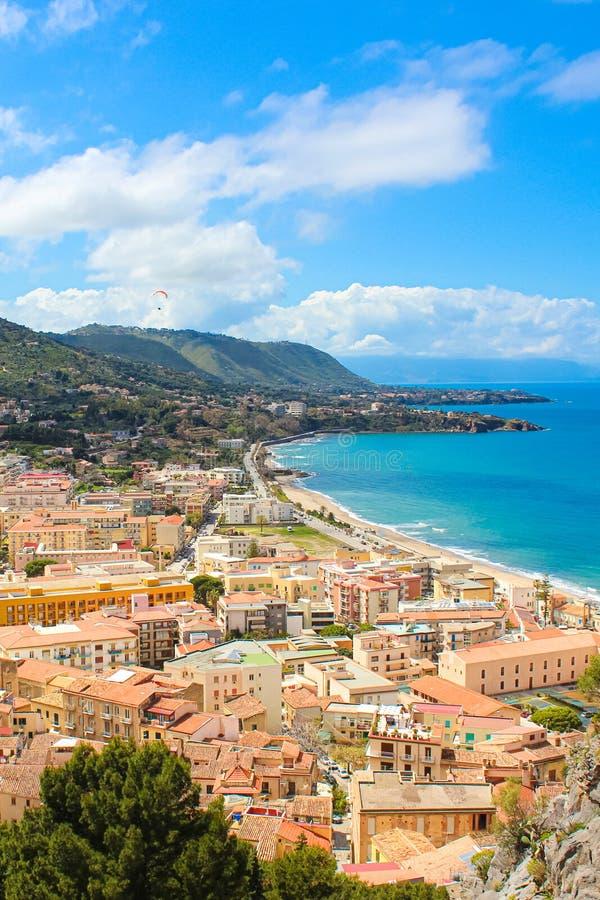 Bedöva landskap av den kust- staden Cefalu i härliga Sicilien som fångas på en vertikal bild Taget från de närgränsande kullarna arkivfoto