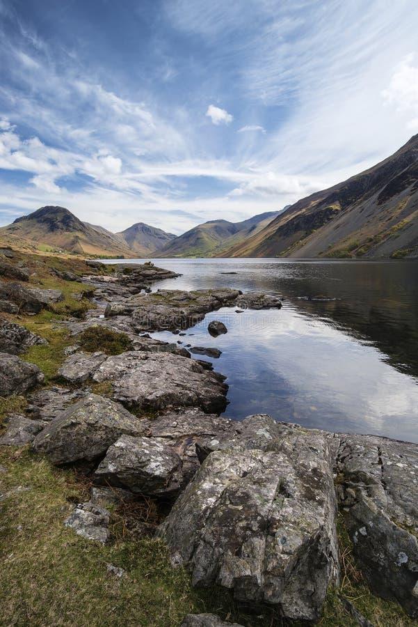 Bedöva landskap av Wast vatten och sjöområdet når en höjdpunkt på Summ arkivfoto