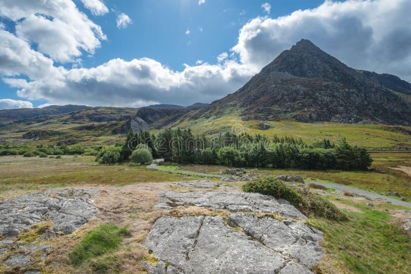 Bedöva landskapbild av bygd runt om Llyn Ogwen i Sno royaltyfria bilder