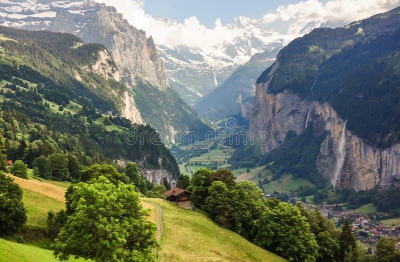 Bedöva lantlig sikt för Lauterbrunnen dal, sikt för fågelöga från Murren, Lauterbrunnen, Bernese Oberland, Schweiz, Europa royaltyfria bilder