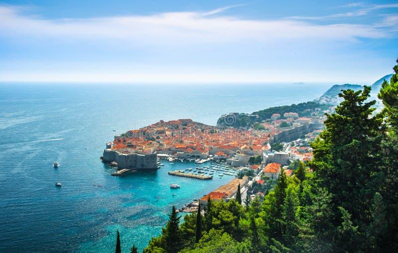 Bedöva panorama av Dubrovnik med den gamla staden och Adriatiskt havet, Dalmatia, Kroatien arkivfoto