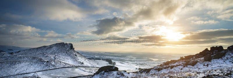 Bedöva panorama- landskap för vinter snöa dold bygdintelligens royaltyfri foto
