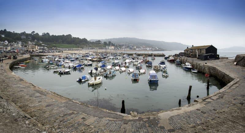 Bedöva panoramalandskap av den traditionella fiskehamnen på Ly arkivbild