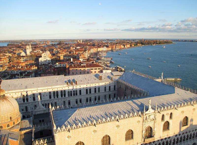 Bedöva sikt av den berömda för slott och Venedig för doge` s cityscapen med aftonmånen royaltyfria foton