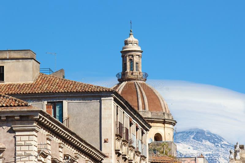 Bedöva sikt av den Catania domkyrkan av helgonet Agatha i Catania, Sicilien, Italien Mount Etna vulkan med snö på mycket överkant royaltyfri fotografi