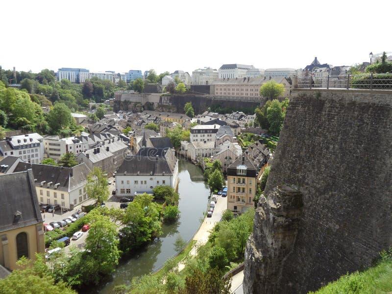 Bedöva sikt av den lägre staden längs den Alzette floden och Le Chemin de la Corniche av Luxembourg royaltyfri fotografi