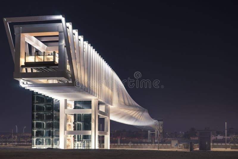 Bedöva sikt av den moderna futuristiska fot- bron arkivbild