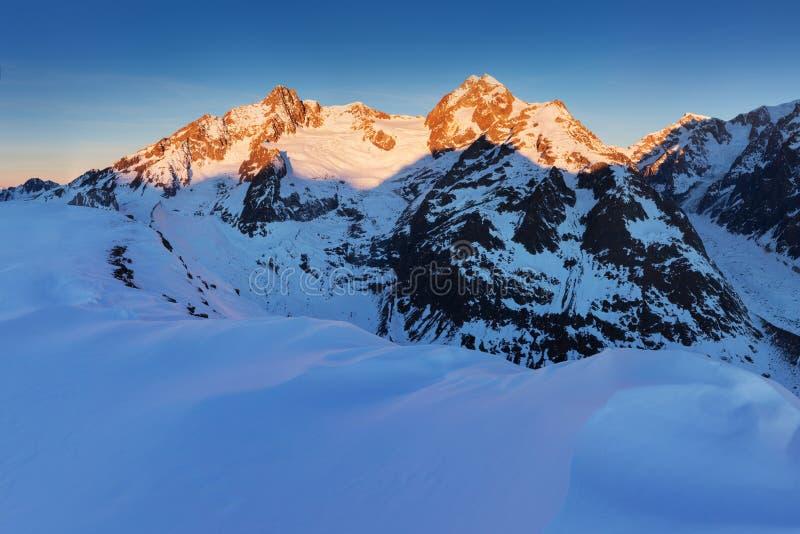Bedöva sikt av den Mont Blanc massiven och hans smältningsglaciärer Vinteraffärsföretag i de italienska franska fjällängarna Cour royaltyfri foto
