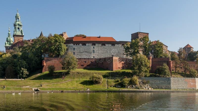 Bedöva sikt av den Wawel slotten från Vistulaet River i den historiska mitten av Krakow, Polen royaltyfri bild