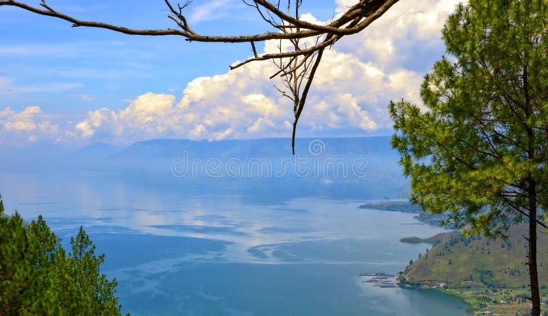 Bedöva sikt av sjön Toba i Indonesien fotografering för bildbyråer