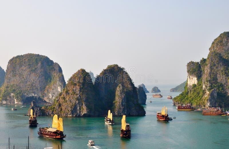 Bedöva sikt från den Halong fjärden Vietnam royaltyfria foton