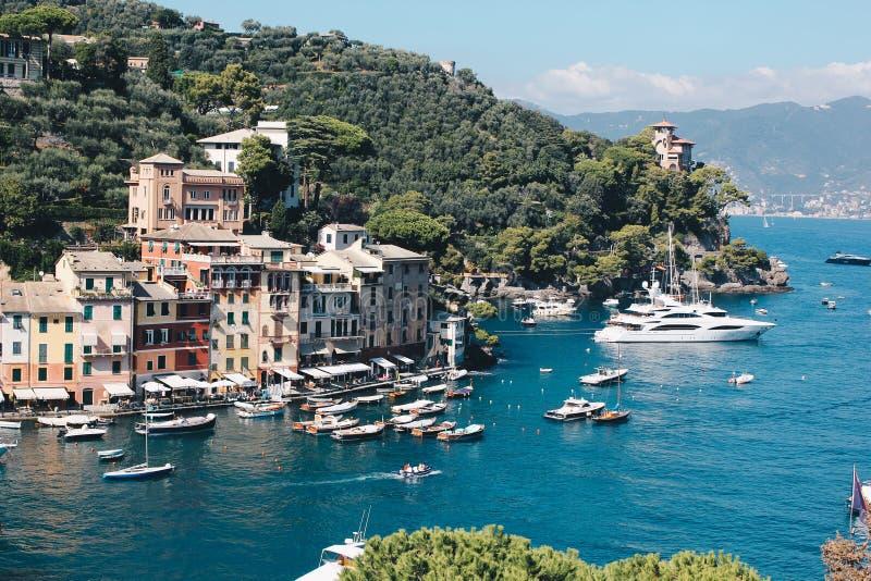 Bedöva sikt i Portofino i Italien med några villor och fartyg - resa destinationen i Italien royaltyfri bild