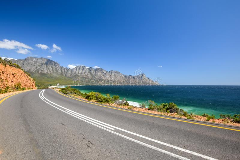 Bedöva sikten av den Kogel fjärdstranden som lokaliseras längs rutt 44 i den östliga delen av den falska fjärden nära Cape Town m royaltyfri bild