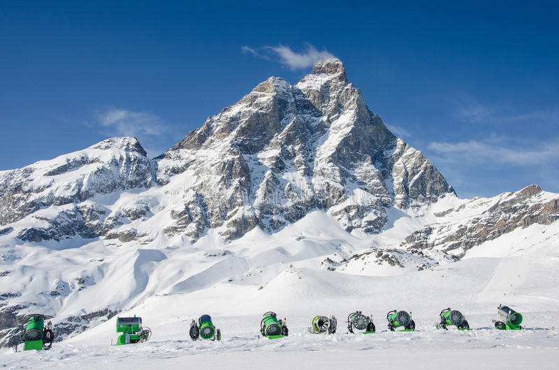 Bedöva sikten av det Matterhorn maximumet från Cervinia skida semesterortsidan royaltyfria bilder