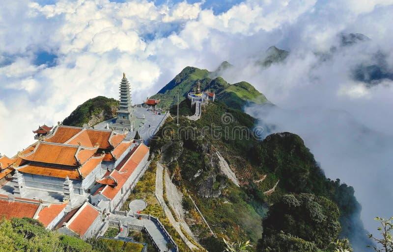 Bedöva sikten av templen på det Fansipan berget i landskapetför LÃ-nolla-Cai i Vietnam royaltyfria bilder