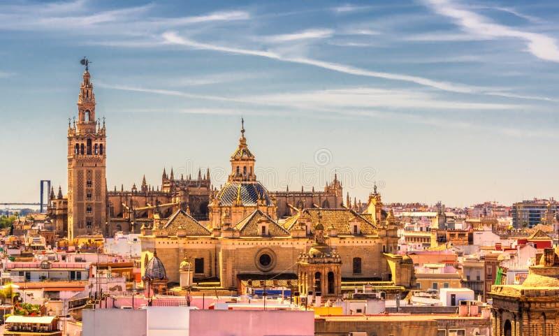Bedöva sikter av domkyrkan och Giraldaen från observationsdäcket som lokaliseras på den Seville champinjonMetropol slags solskydd royaltyfri fotografi