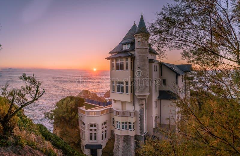 Bedöva slotten ovanför vattnet, villabelza i Biarritz arkivfoton