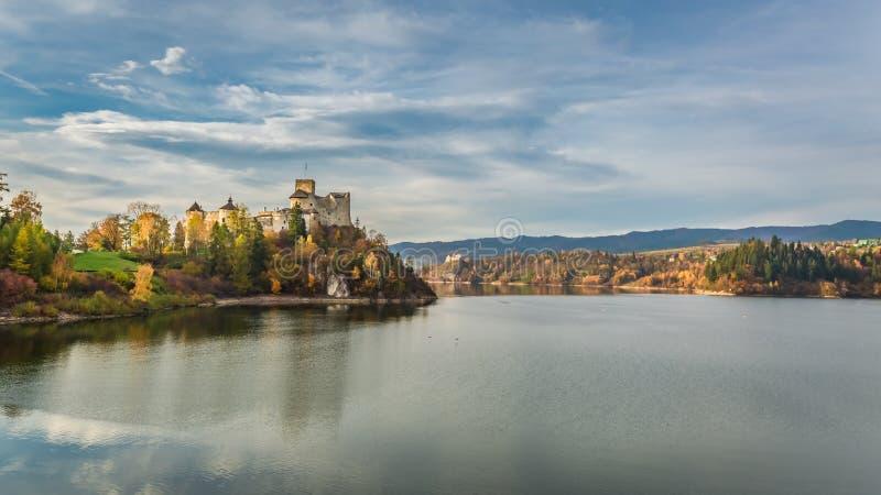 Bedöva slotten vid sjön på skymning i höst royaltyfria foton