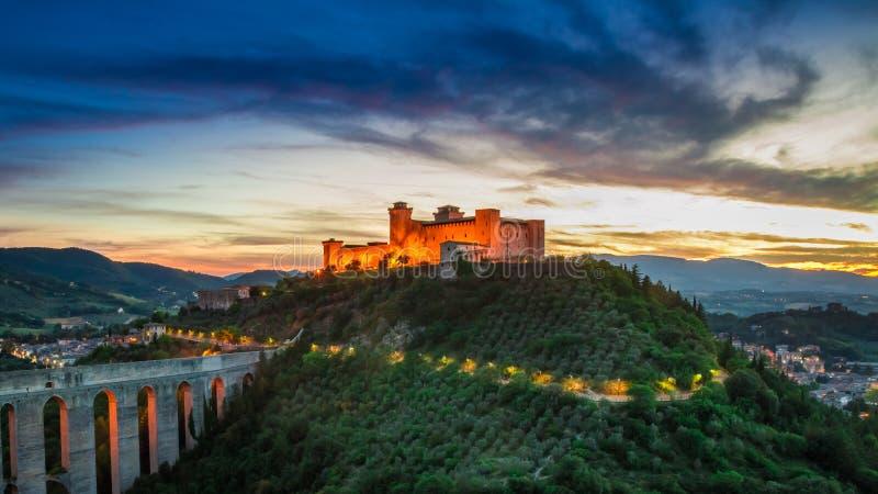 Bedöva solnedgång över den markerade slotten i Spoleto, Italien arkivfoton