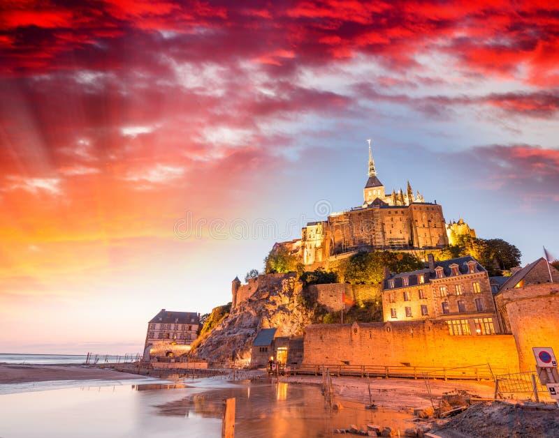 Bedöva solnedgång över Mont Saint Michel, Frankrike royaltyfri fotografi