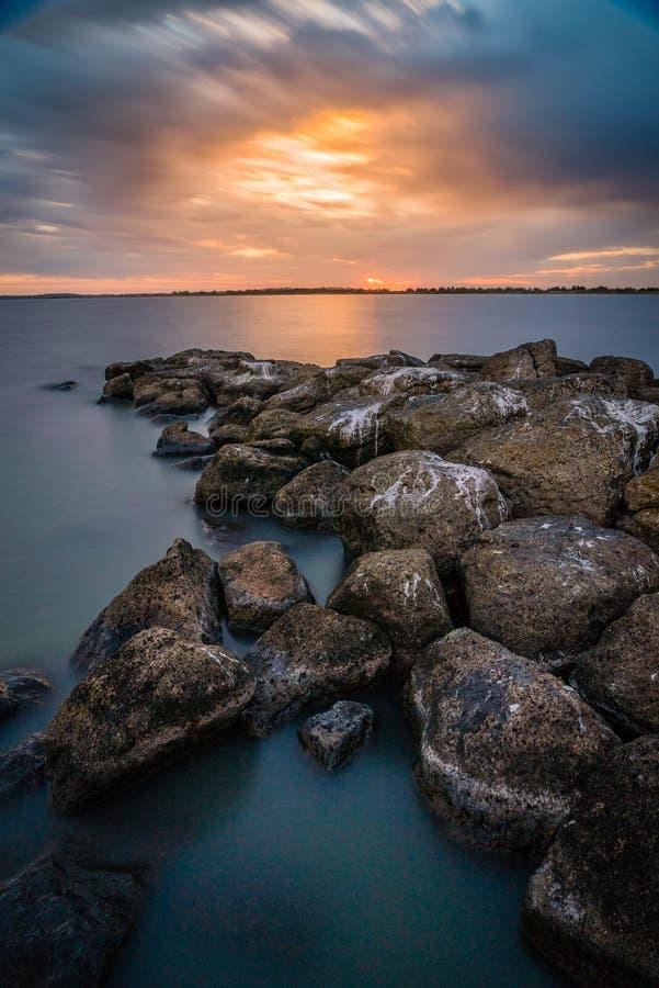 Bedöva solnedgång över sjön Corangamite i Victoria, Australien arkivbilder