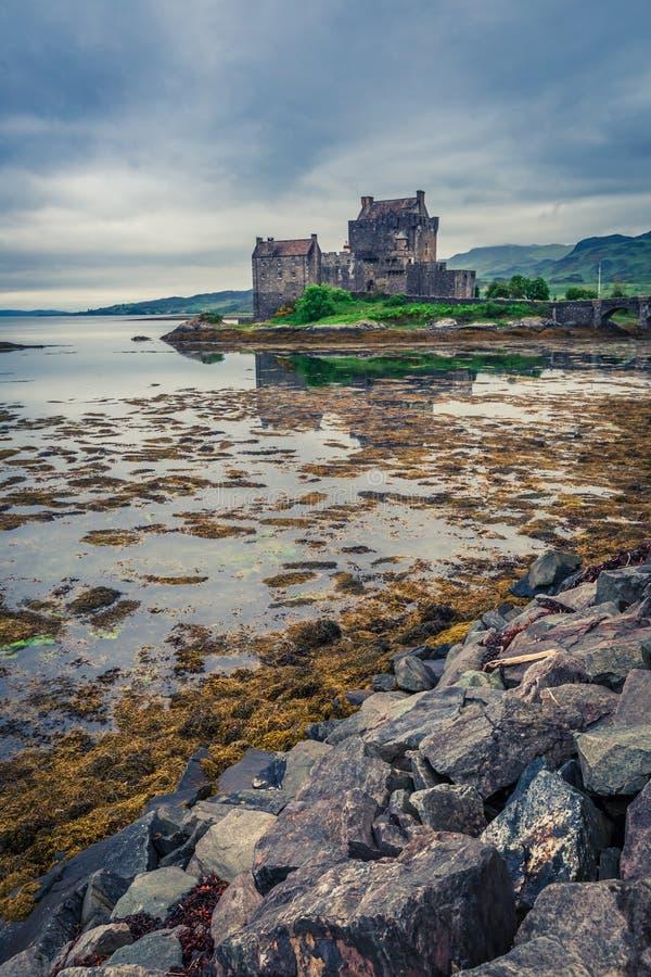 Bedöva solnedgång över sjön på Eilean Donan Castle, Skottland royaltyfria bilder