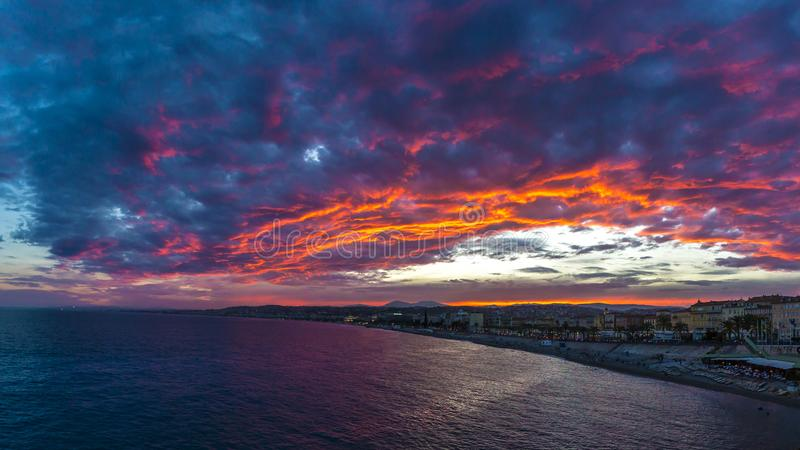 Bedöva solnedgång och färgrika moln över Nice, Frankrike royaltyfria bilder