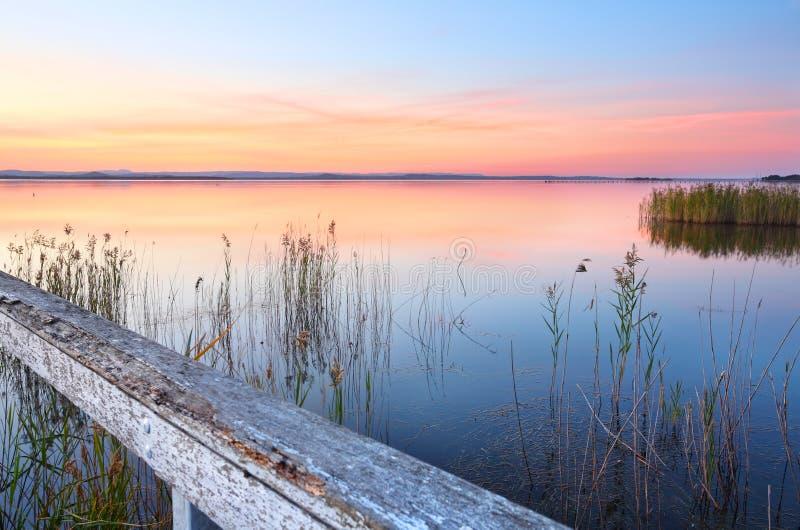 Bedöva solnedgång och reflexioner på den långa bryggan NSW Australien royaltyfri foto