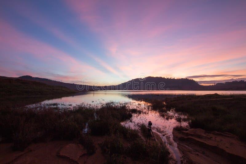 Bedöva soluppgång av den landskapsjöMengkuang fördämningen arkivbilder