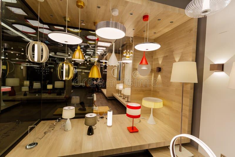 Bedöva varm sikt av många olika stilfulla moderna inre dekorativa elektriska ljus arkivfoto
