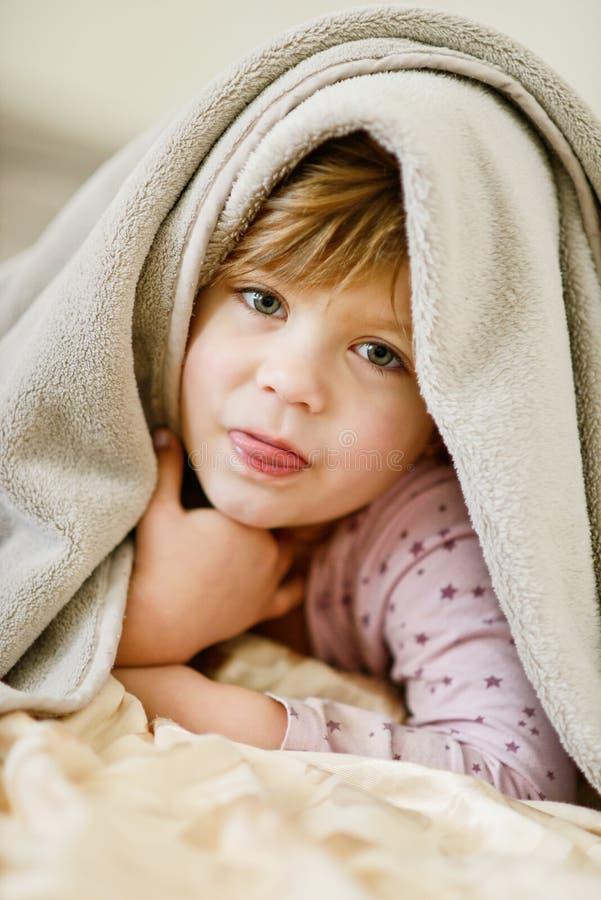 bed barnet arkivfoto