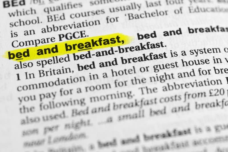 Bed and breakfast inglese evidenziato di parola e la sua definizione nel dizionario fotografie stock