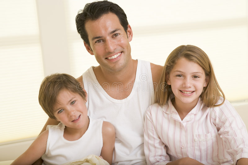 bed children man sitting smiling two young στοκ εικόνα με δικαίωμα ελεύθερης χρήσης