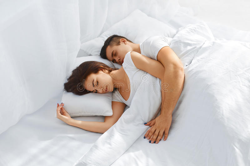 bed couple sleeping στοκ φωτογραφία
