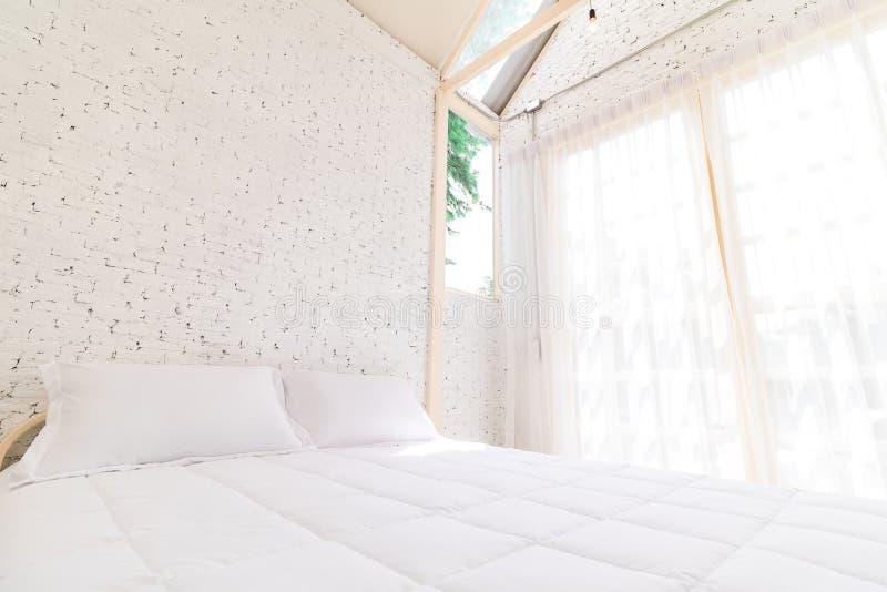 Bed in de ochtend met natuurlijk licht van het venster De achtergrond van de beddegoedruimte stock afbeeldingen