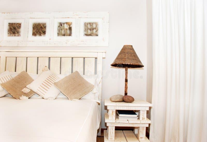 Bed en voetstuk met lamp royalty-vrije stock foto