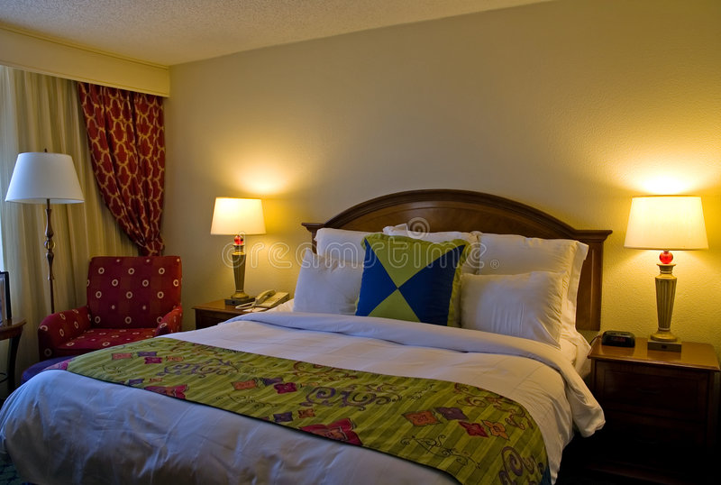 bed hotel king room sized στοκ εικόνα με δικαίωμα ελεύθερης χρήσης