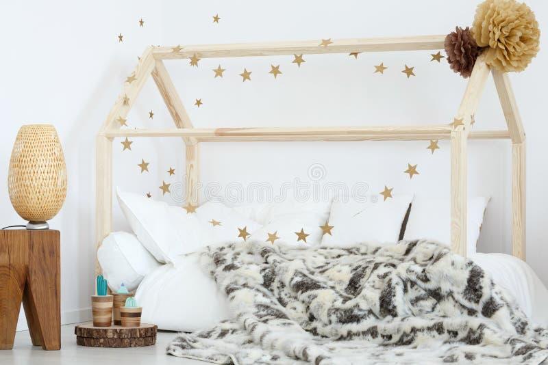 Bed in jong geitje` s ruimte stock foto