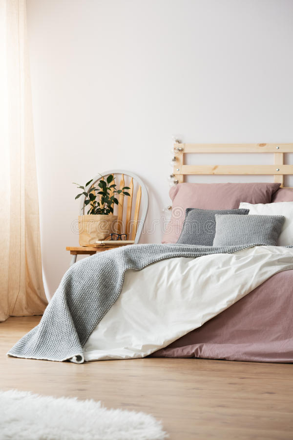 Bed in lichte slaapkamer stock afbeelding. Afbeelding bestaande uit ...