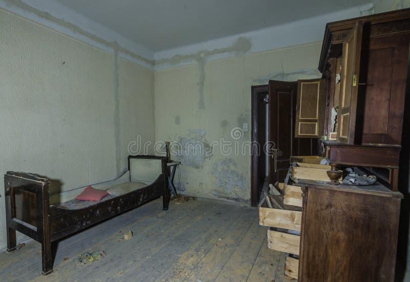 bed met doos in een ruimte royalty-vrije stock foto
