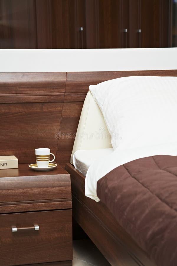 Bed met een wit bed-blad en een hoofdkussen stock foto