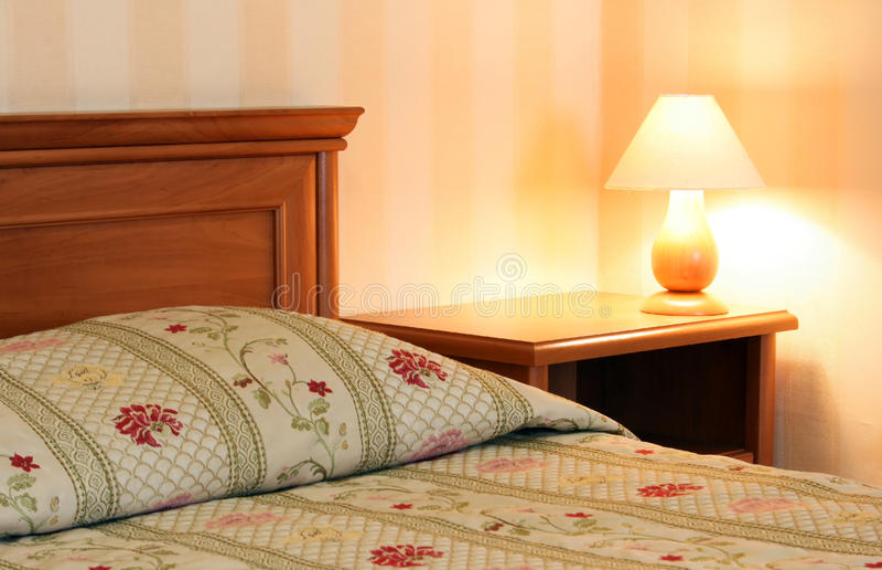 Bed met lamp stock foto's