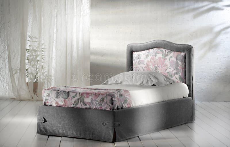 Bed in minimalistische slaapkamer stock fotografie