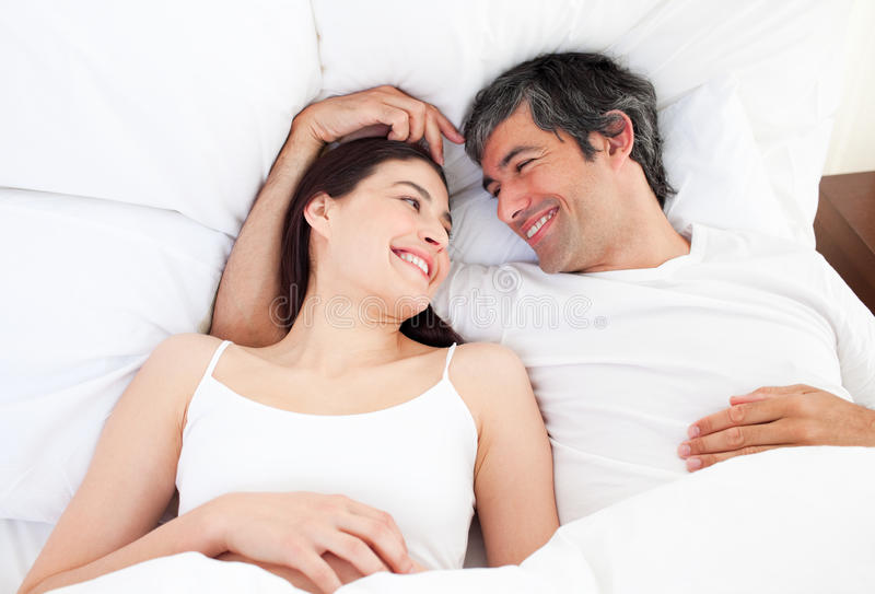 bed pary kłamający ściskający target523_1_ ich fotografia royalty free