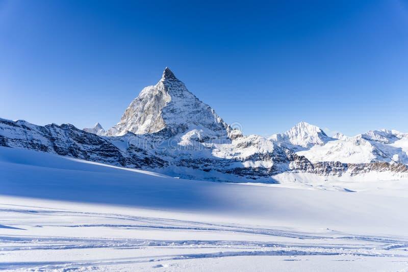 Bed?va sikt av landskapet f?r vinterMatterhorn berg i solig ljus dag arkivbild