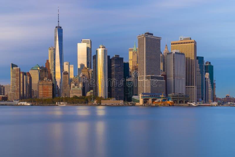 Bed?va sikter av den l?gre manhattanen f?r solnedg?ng, New York City fotografering för bildbyråer
