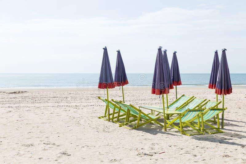 Bedden en paraplu's op het strand stock fotografie